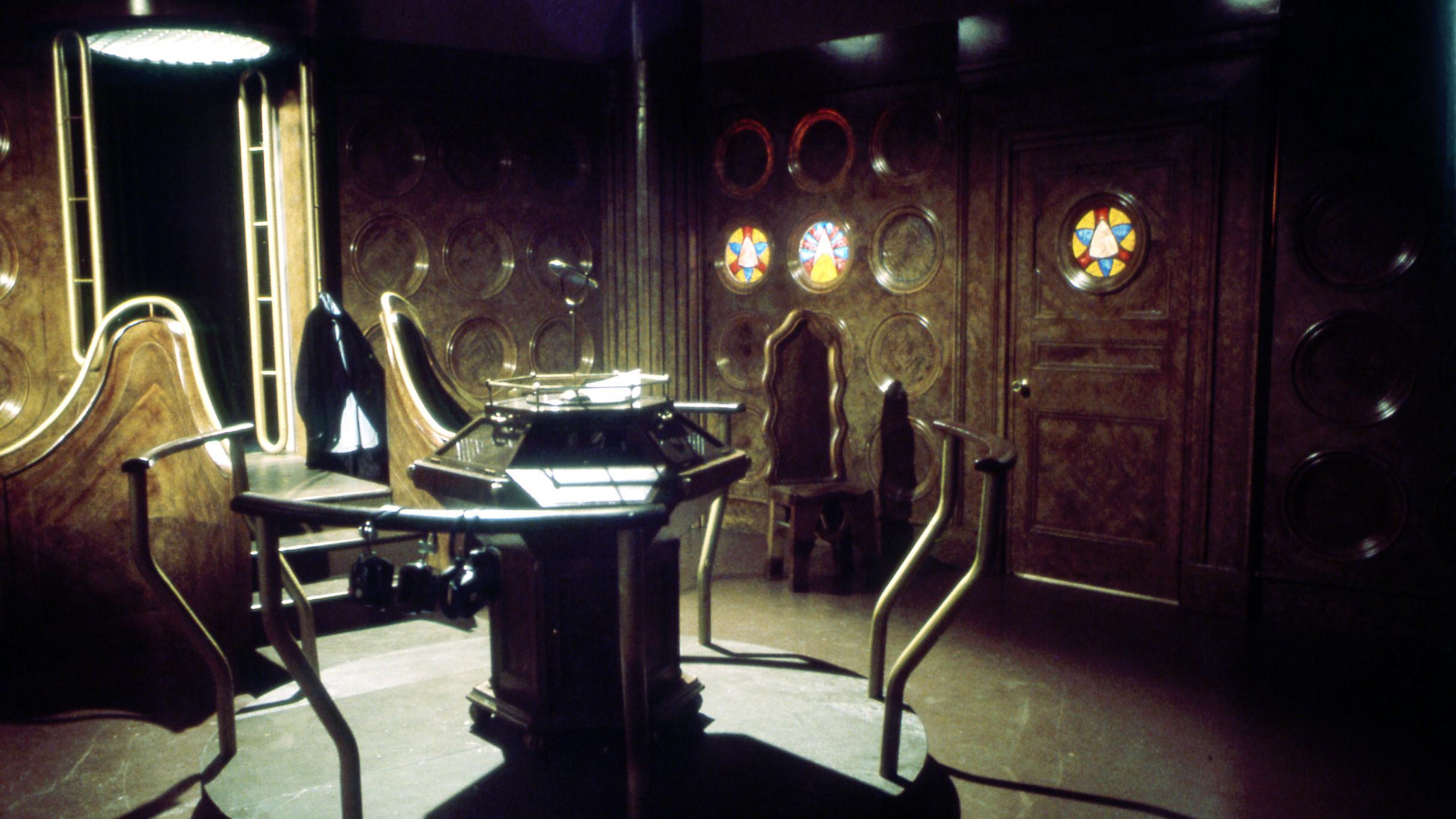 Escenario para la serie de televisión Doctor Who. Masque of Mandragora Tardis 1 (1976). Imagen: BBC TV.