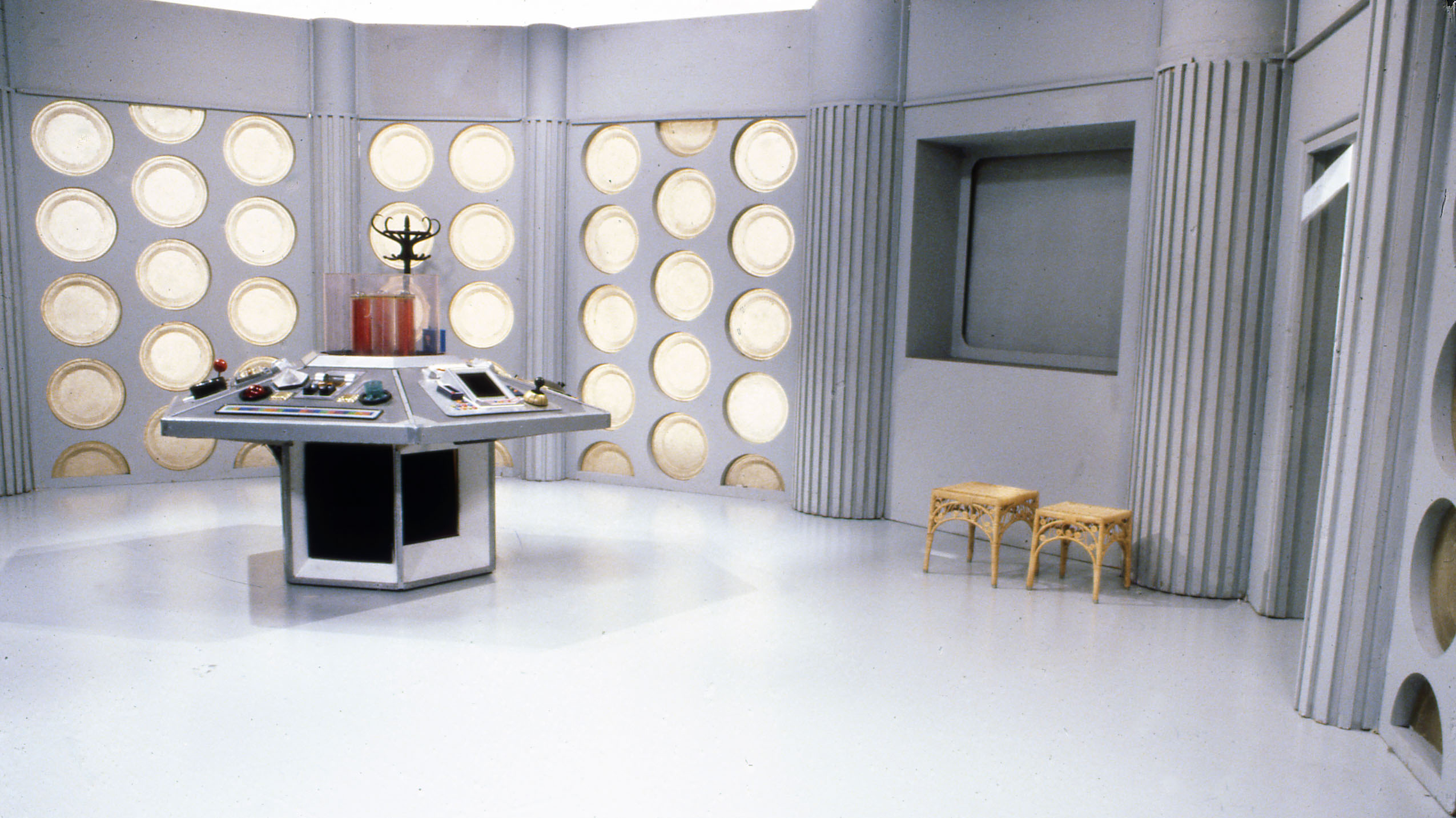 Escenario para la serie de televisión Doctor Who. Masque of Mandragora Tardis (1983). Imagen: BBC TV.