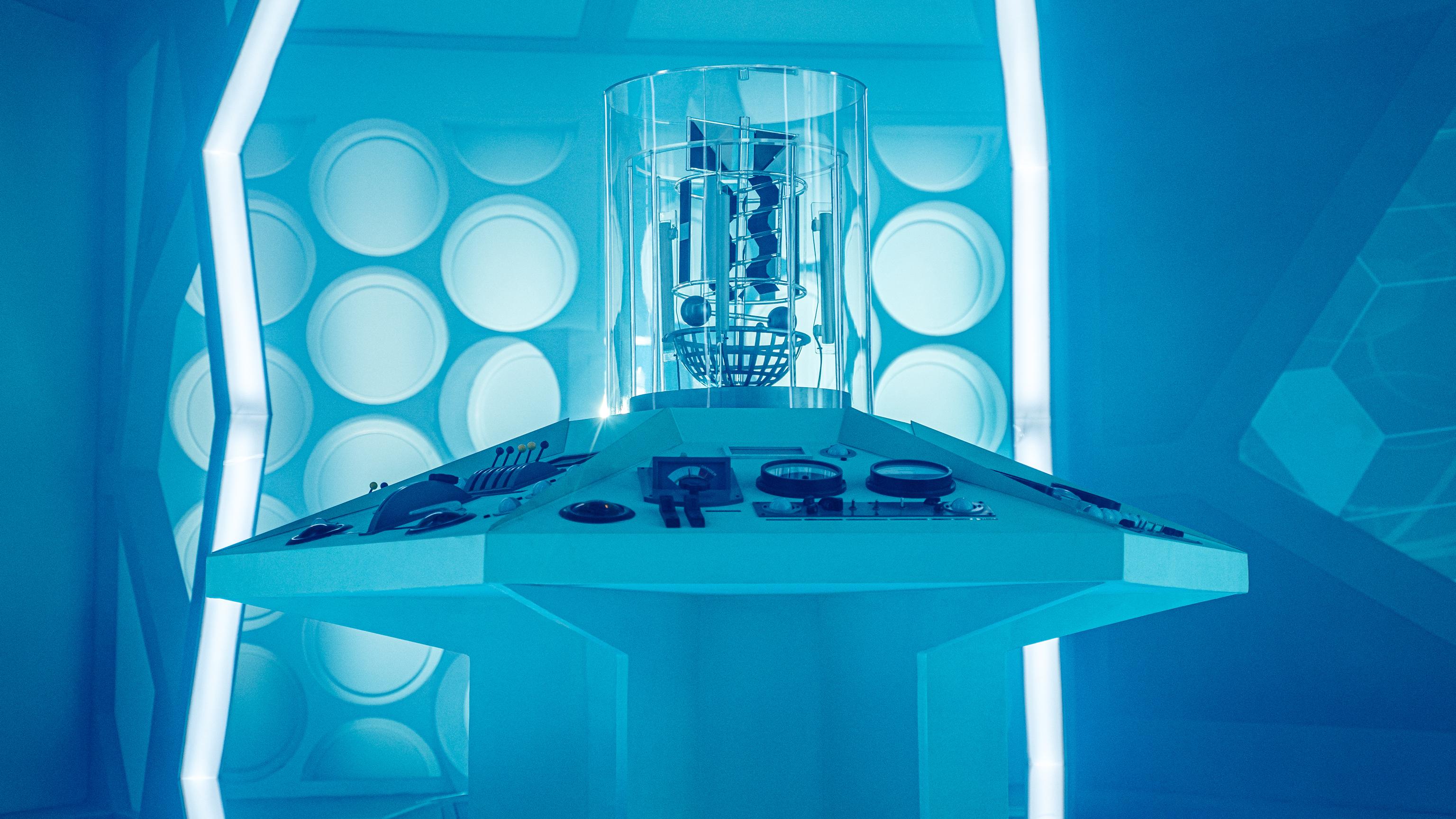 Escenario para la serie de televisión Doctor Who. Masque of Mandragora Tardis 1 (2019). Imagen: BBC TV.
